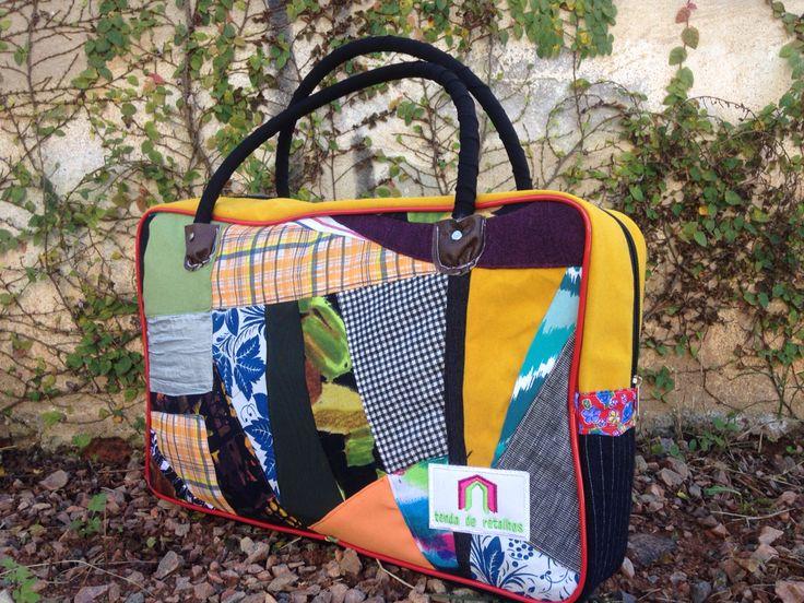 Bolsa artesanal com modelagem inspirada nas antigas sacolas de lona usadas para fazer feira :)   Ideal para carregar materiais escolares e de escritório.  Mais em tendaderetalhos.com.br