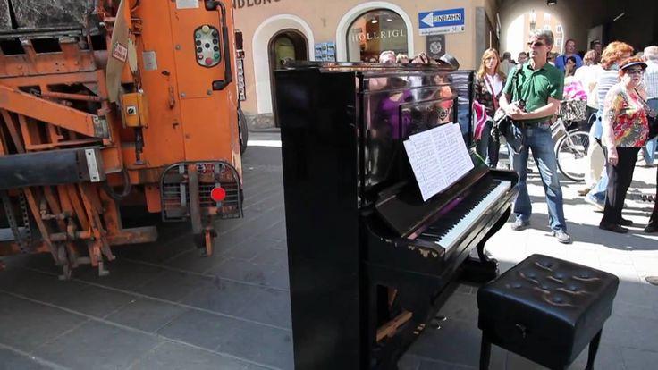 """John Cage """"Musicircus"""" in Salzburg [DEUTSCH] Fest zur Festspieleröffnung 24. Juli 2011 16.00 bis 16.45 Uhr In Zusammenarbeit mit lawine torrèn kommt der selten realisierte Musicircus von John Cage zur österreichischen Erstaufführung. Im Zeitraum von einer Dreiviertelstunde (Sonntag 24. Juli von 16.00 bis 16.45 Uhr) wird die Salzburger Altstadt Schauplatz eines ungewöhnlichen Spiels: Vom Universitätsplatz bis zum Mozartplatz werden 1.000 Mitwirkende Salzburger Musiker Ensembles Bewohner der…"""