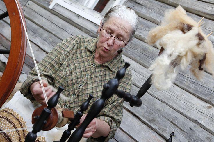 Rukkilla villasta tai puuvillasta kehrätään eli valmistetaan lankaa. Oulu (Finland)