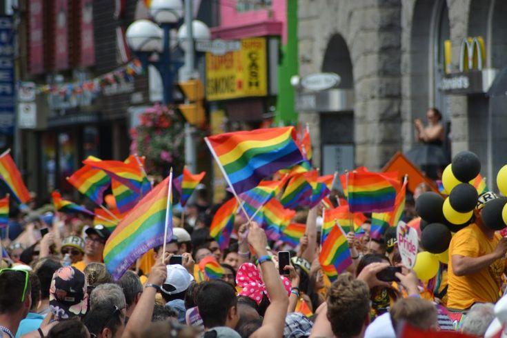 bandera del orgullos gay, banderines, marcha, protesta, calle, multitud, hombres, mujeres, gay, lesbianas, lesbianismo, bisexualidad, transexual, orgullo, igualdad de género, sexualidad, sexo, mismo sexo, Día Internacional del Orgullo LGBT, orientación sexual, identidad sexual, diversidad, dignidad LGBT, arcoiris, colores, colorido