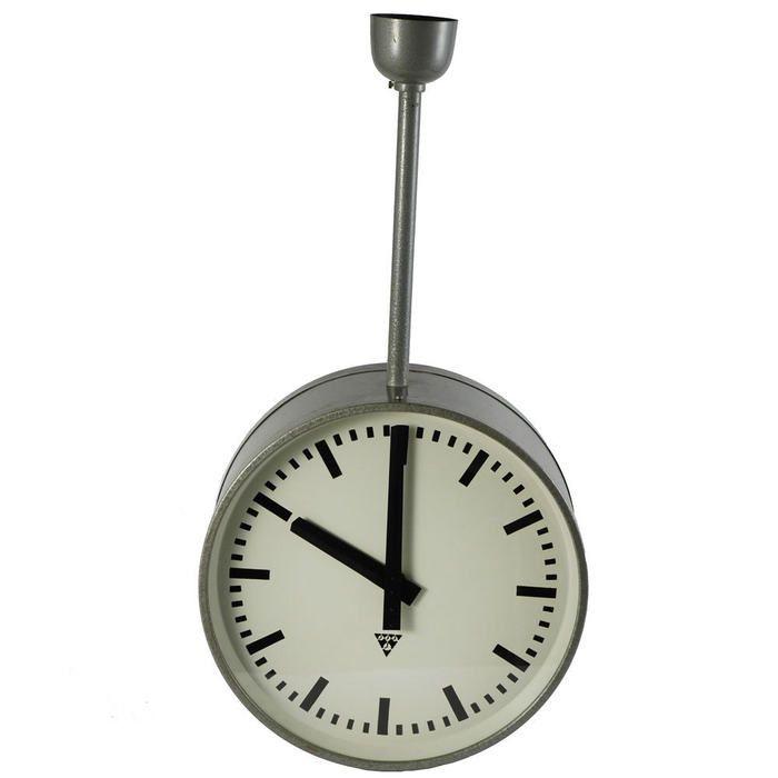 Velké oboustranné hodiny Pragotron na kovové šroubovací tyči.