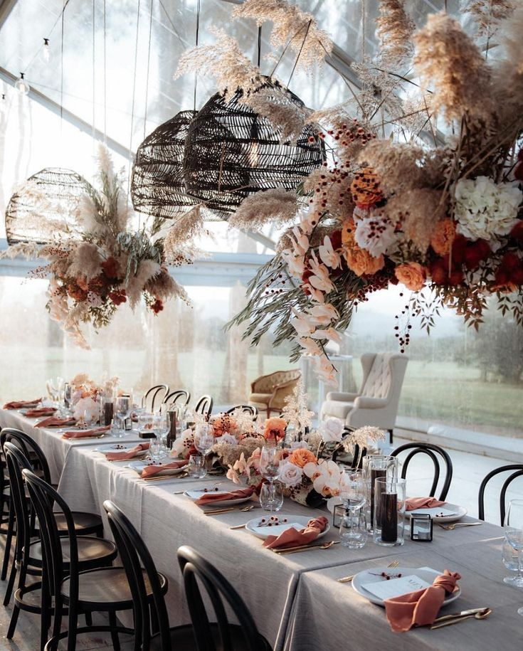 This whimsical setup is pure magic! Can't get enough of those peachy tones and wild grasses 🌾⠀ ⠀ Photograph
