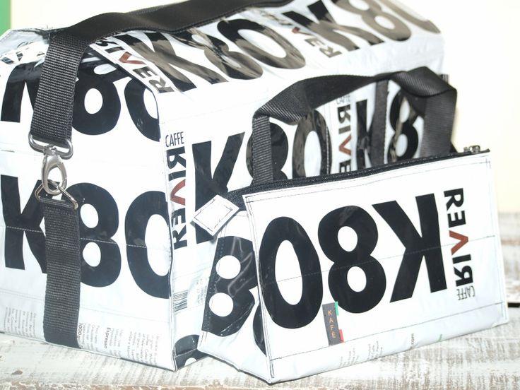 La mia borsa di oggi è il bauletto realizzato con sacchetti del caffè riciclati e coordinati ci sono la borsa palestra e il borsello per gli effetti personali.  Monica