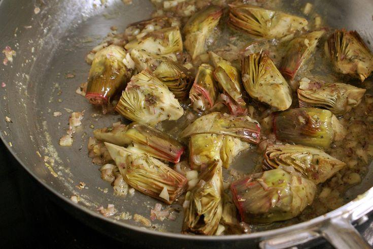 Artichauts poivrade sautés. Appelés aussi artichauts violets de Provence.