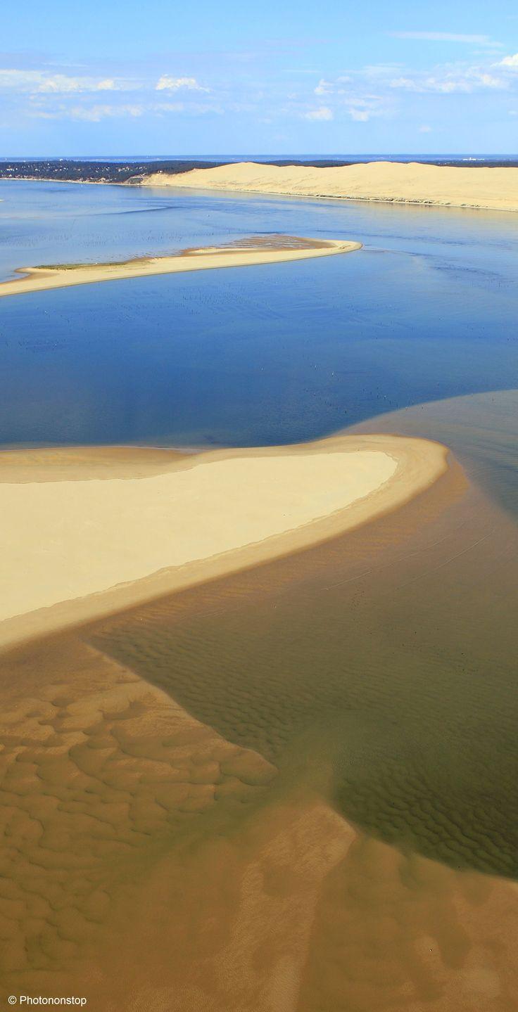 La dune du Pilat, bassin d'Arcachon, Aquitaine. Entre terre et mer, le bassin d'Arcachon collectionne les coins de paradis : la dune du Pilat, l'île aux oiseaux, le Cap-Ferret, Arcachon, le banc d'Arguin et un joli collier de villages ostréicoles…