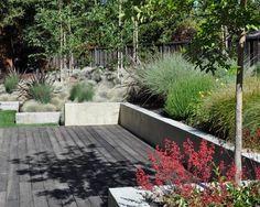 Gartengestaltung ideen-mauer bauen-Holzdeck Hang-bepflanzungen