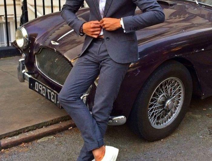 voir-costume-bleu-roi-homme-bien-habillé-voiture
