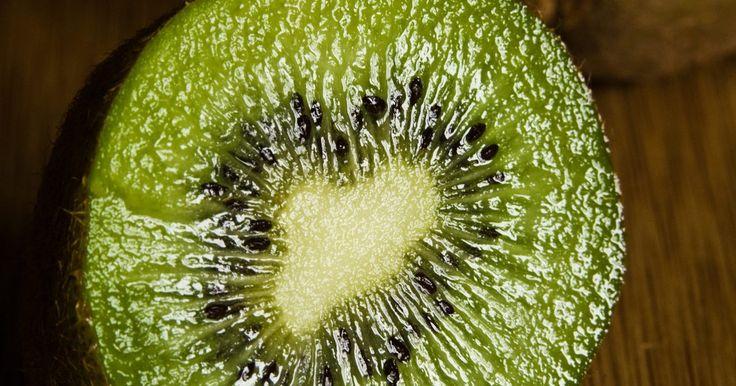Tipos de semillas que se encuentran en frutas. Comer manzanas, calabazas y tomates ofrece múltiples beneficios. Las frutas hacen que una dieta sea saludable y energizante. También presentan una impresionante diversidad de semillas. De hecho, una excelente definición para una fruta es el recipiente en el cual se transportan las semillas de la planta. Estudiar las semillas es una experiencia ...