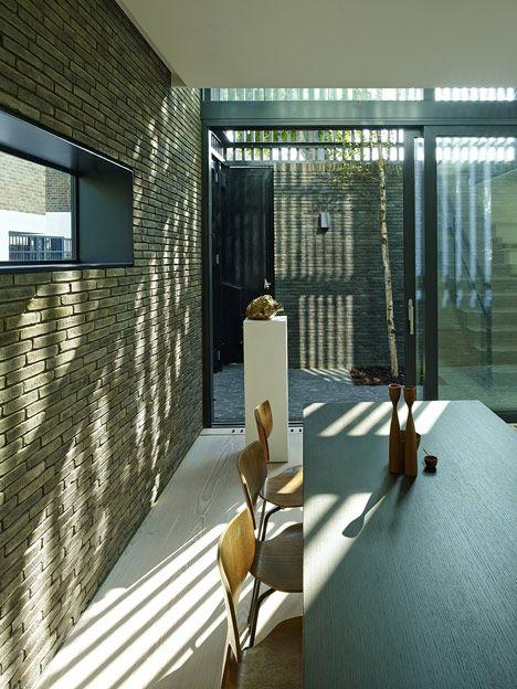 Stajnie Blackbox DOM przez Form_art Architekci MA murowane ŚCIANY, które Nadal wewnątrz