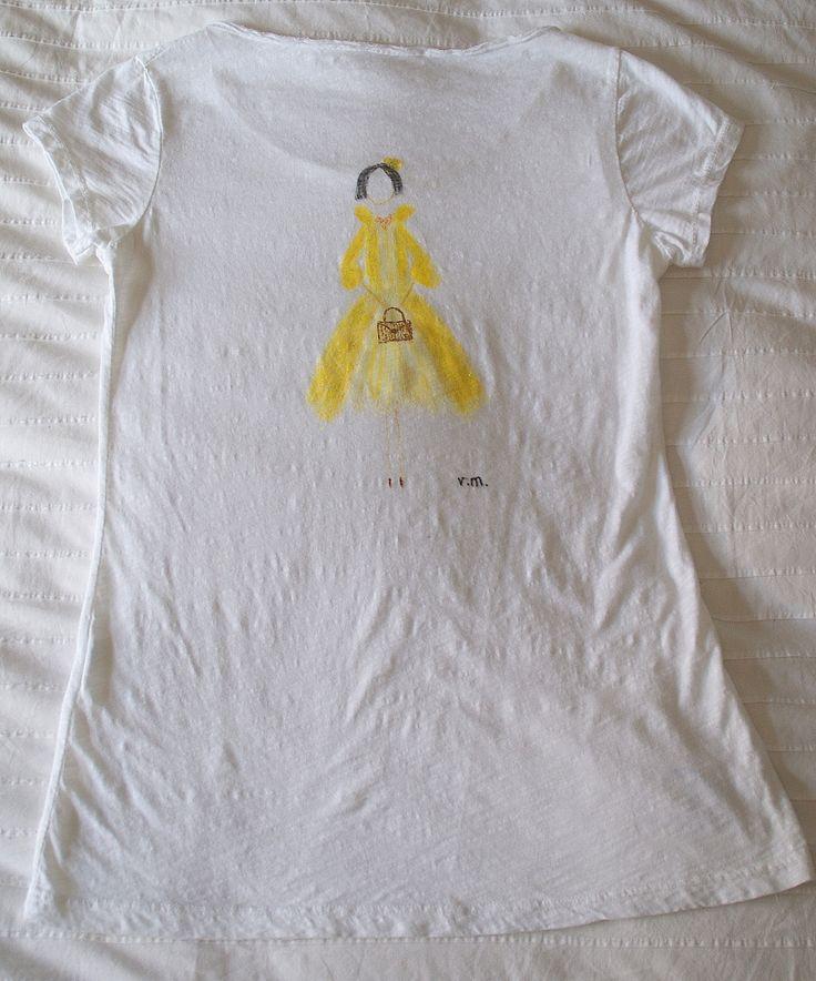 la chica del abrigo amarillo