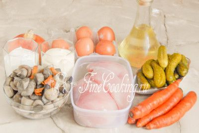 В рецепт этого простого салата входят следующие ингредиенты: куриная грудка (или филе курицы), вареные лесные грибы, куриные яйца, маринованные огурчики (тут посмотрите, [как мариновать огурцы в домашних условиях](/recipe/marinovannye-ogurcy-na-zimu-bez-sterilizacii)), морковь, репчатый лук, а также рафинированное растительное (я использую подсолнечное) масло