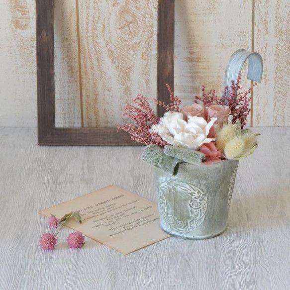 ガーデニアの花ことばは、「とても幸せです」「喜びを運ぶ」白いガーデニアをメインに、ベージュ色のミニバラやピンク色のアジサイラグラスやストーベ・・・。ブリキの器...|ハンドメイド、手作り、手仕事品の通販・販売・購入ならCreema。