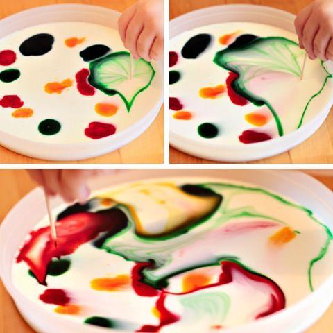 pintura para niños con leche. Sobre un plato, vertimos leche, y los niños con pinturas acrílicas, vierten pequeñas gotas de distintos colores para luego experimentar con ellas con palillos mondadientes. Pueden dejar volar su imaginación.