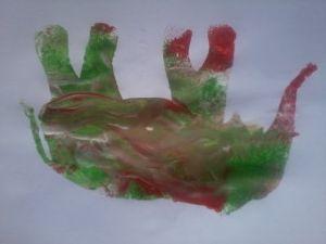 Рисуем силуэт слона в центре листа, осторожно вырезаем его. Приклеиваем за уголки получившийся шаблон на лист белой бумаги. С помощью губок или без пальчиковыми красками (или гуашью) ребёнок разрисовывает лист как хочет. Убираем шаблон и получаем вот такого слоника.