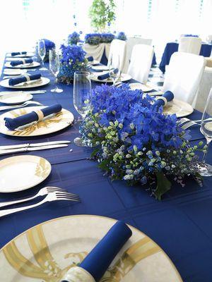 背が低めの小花の装花は自然でかわいらしい雰囲気♡ 青い会場装花のアイデア一覧。