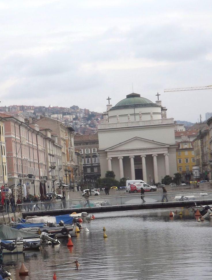 Così Trieste e il suo gelido inverno si allargano come fossero fatti di nebbia, mescolando irreparabilmente rapporti e sentimenti e non lasciando che nulla sia mai più come prima.  Piazza Ponterosso