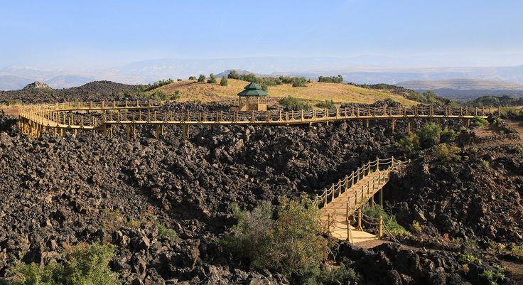 Jeopark/Kula/Manisa/// Türkiye'nin en genç volkanik sahalarından birisi olan Kula Jeoparkı içerisinde 80 adet volkanik cüruf konisi, 5 adet maar yer alır. Minyatür boyuttaki bu cüruf konilerinin zemininde zirvelerine yükseklikleri 150m'yi geçmez. Cüruf konilerinden bir kısmı karakteristik kraterlere sahiptir.
