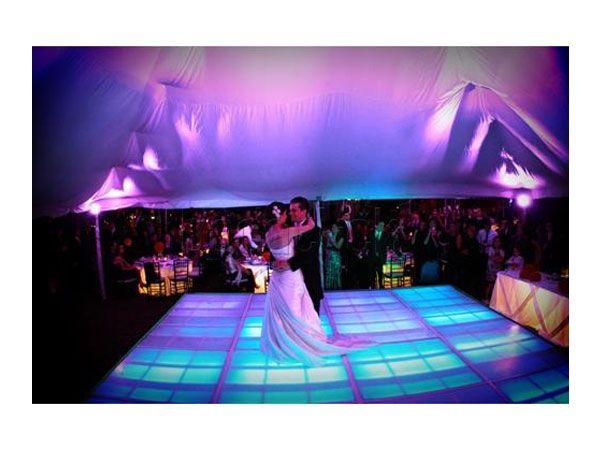 Iluminación de boda en la pista de baile de la boda  / decoración para boda