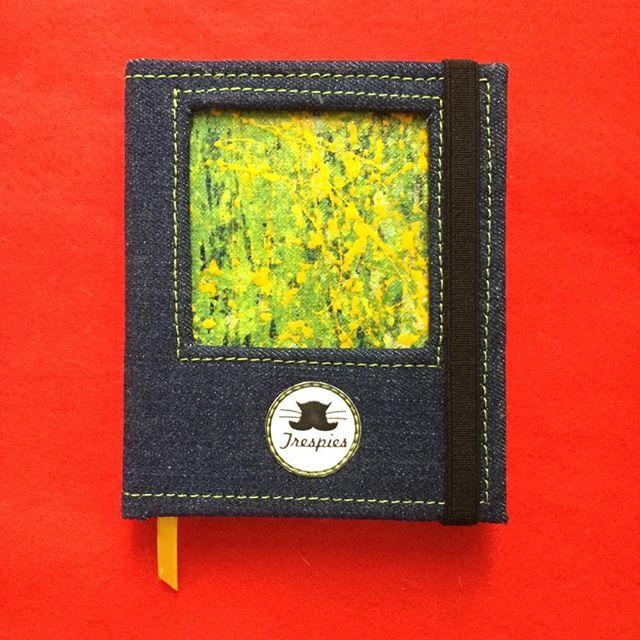 Libretas Galería Abstracta En busca del Dorado 14cm x 12cm 120 hojas en blanco  #trespies #handmadebook #galeriaabstracta #enbuscadeldorado #libreta #bookstagram #pinturadetriunfoarciniegas #art #painting #design #hechoenpamplonacolombia #hechoencolombia #abstract #yellow #green #jean