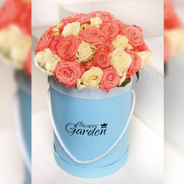Букет из розовых и белых роз в голубой шляпной коробке