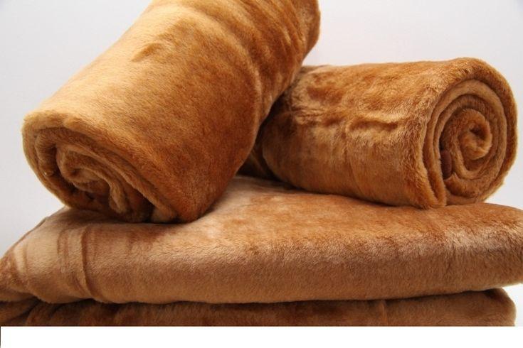 Akrylowa narzuta w kolorze jasnobrązowym na sofę