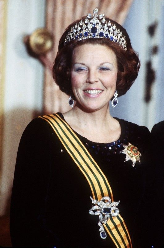 Princess Beatrix wore the sévigné (large bow brooch) in full version with an extra large sapphire pendant with the Mellerio Sapphire tiara. Pic from ANP Historic Archive