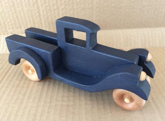 """Pouco Camionete azul O caminhão é de 8,5 """"de comprimento por 4"""" de altura por 4 """"de largura, corte de mão e montadas e coradas com corante não-tóxico e terminou com cera de abelha. É uma verdadeira beleza! Ele está disponível em vermelho ou verde também! $20"""