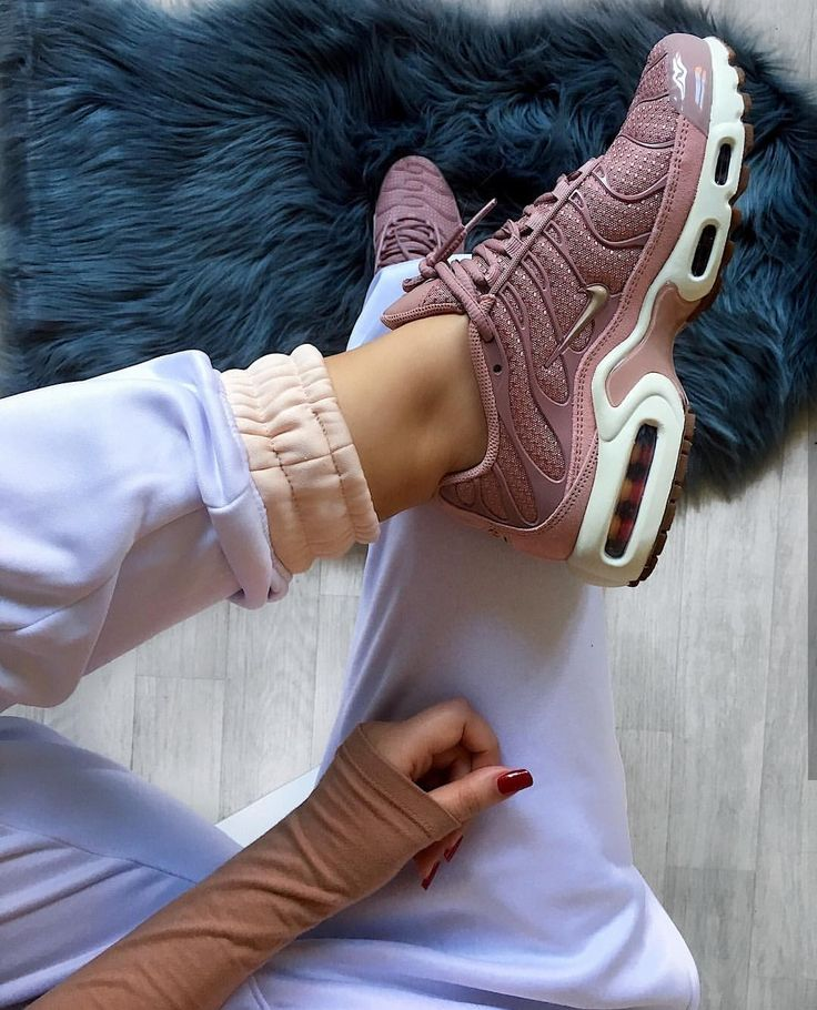 Nike Air Max 95 in Pink // Photo: nawellleee | Instagram   – all kinds of shoes and sandals