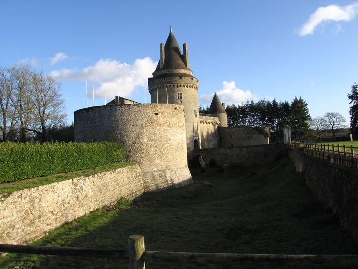 Chateau des Rohans à Blain. - René II de Rohan: sa mère est Isabeau d'Albret, tante de Jeanne d'Albret, reine de Navarre, ce qui fait de lui l'oncle d'Henri III de Navarre. Son père est René 1° de Rohan 1516-1551, prince de Léon, comte de Porhoët, seigneur de Beauvoir et de la Garnache, chevalier de l'ordre du Roi et capitaine d'une compagnie des ordonnances. Né en 1550 il est l'avant dernier du couple: son frère aîné, Henri I° de Rohan (né en 1535) porte avant lui le titre de vicomte de…