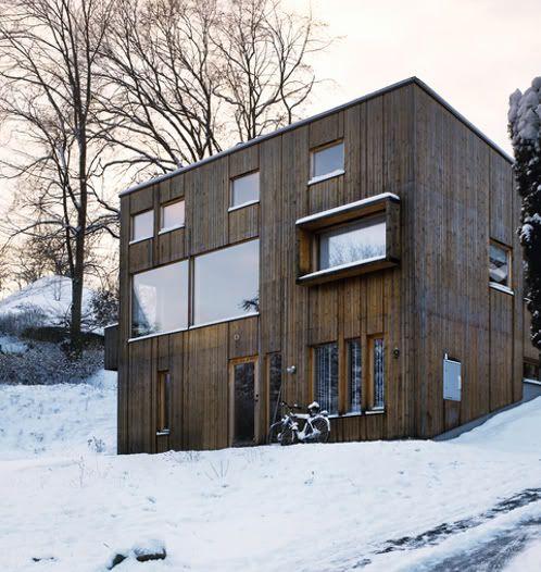 En una colina de la ciudad sueca de Gotemburgo se encuentra esta casa, construida casi en su totalidad en madera, con importantes cerchas y un moderno diseño.