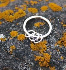 Venn fra nettverket Indigee gjør denne ringen. Jeg har skaffet meg en lignende. Neeta Jäskö fra Inari, Finland.