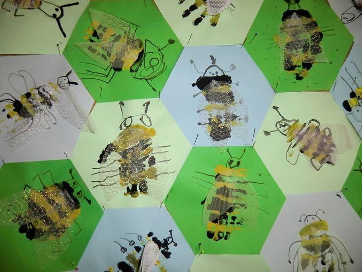 Včeličky na plástvích -kombinovaná technika (body art, kresba tuší a dřívkem, textilní koláž)