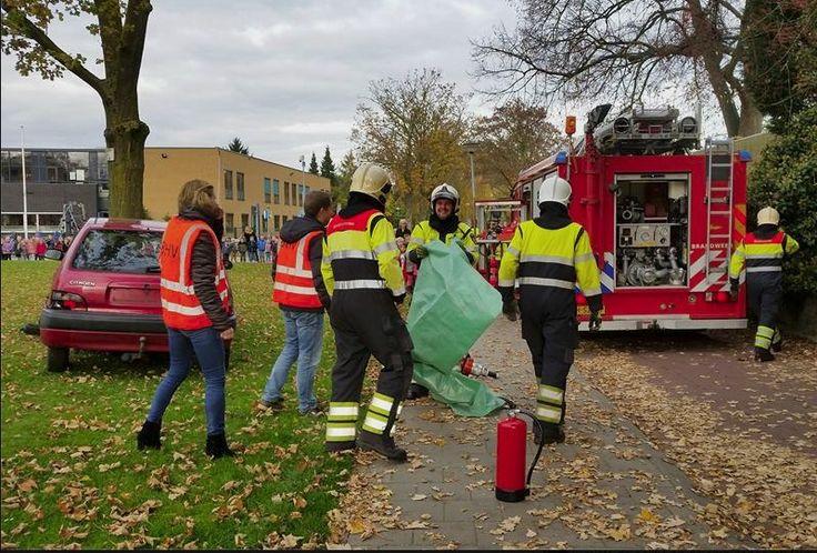Sint Martinusschool Millingen aan de Rijn | Woensdag hebben we ons volgende Jeeloproject geopend met een in scène gezet ongeluk. De brandweer kwam met loeiende sirenes te hulp! Dankzij jullie geweldige inzet kon meester Vincent uit de auto bevrijd worden terwijl de hele school toekeek, dank jullie wel!