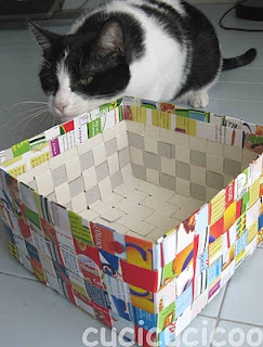 How to weave a box from cereal boxes. From the Italian blog, Ecological Living (directions in Italian and English).