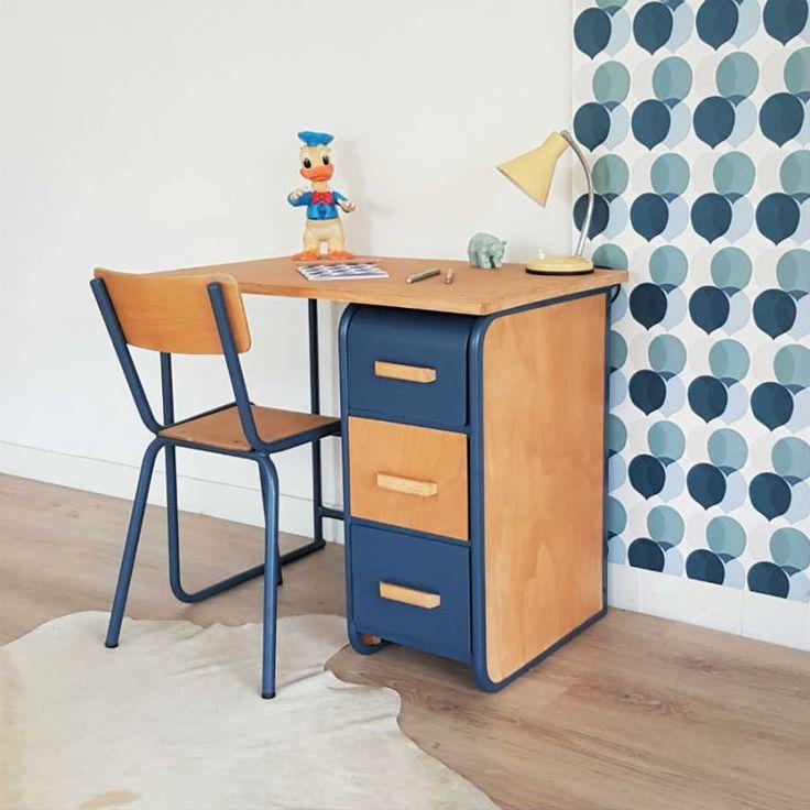 Tout droit sorti des sixties, Théophile nous charme par son look rétro. Ce joli bureau vintage, en bois et métal, sera idéal pour une chambre d'enfant.