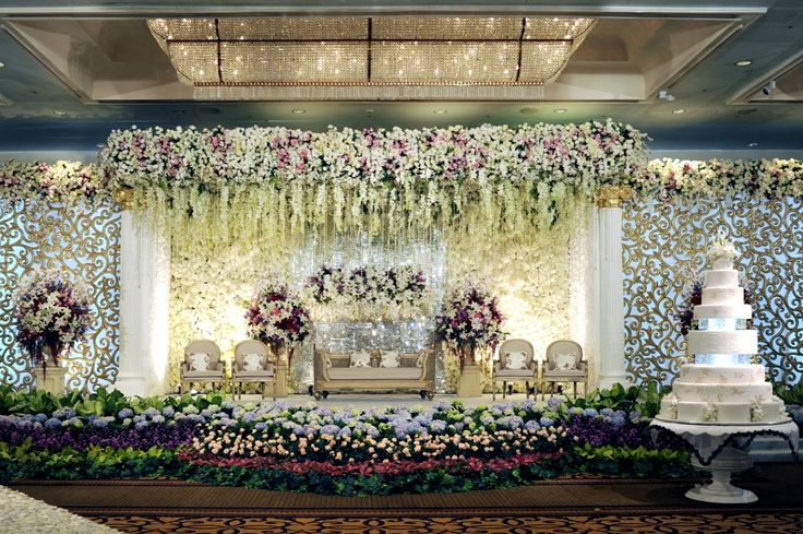 This wedding turned @Four Seasons Hotel Jakarta's ballroom into a floral fantasy-land.