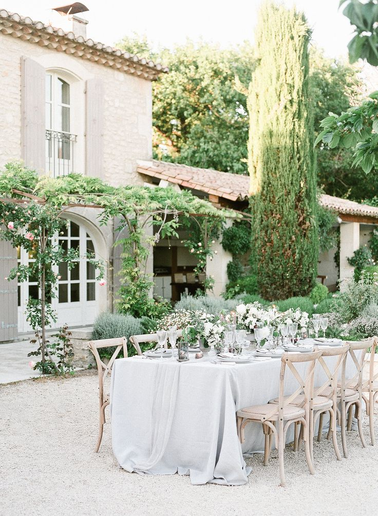 Block off some free time, because this styled shoot from Rory Wylie Photography, Wanderlust Wedding, and Big Day Design is going to send you to daydream city. Saint-Rémy-de-Provence played host to a breezy and organic affair, with no shortage of neutral tones and just a hint of blush pink for that added romanticism. By Morgane …