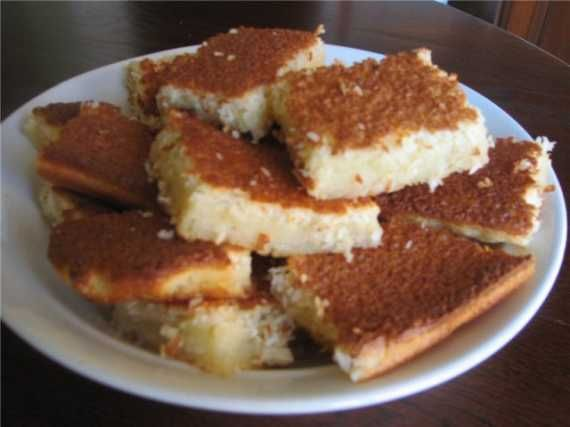 Пирог кокосовый (Impossible Pie) яйца4 шт. сахар200г масло сливочное50 г разрыхлитель1 ч.л. молоко450 г тертый кокос100 г экстракта ванили1 ч.л. мука1/2 ст.