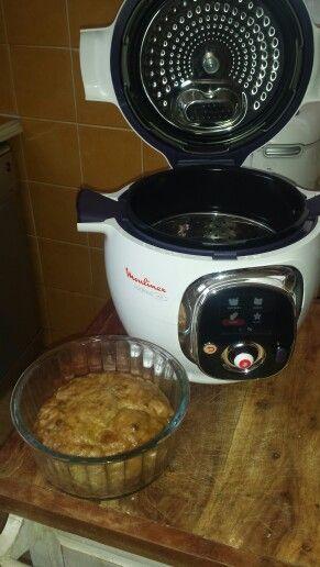 Gâteau aux pommes et aux spéculoos  Faire compoter sur feu doux et à couvert, dans une casserole 2 pommes, des raisins secs, de la cannelle, 2 c.à soupe d'eau et 2c.à soupe de sucre. Dans un saladier, fouettez 3 oeufs, 125 g de sucre, 125g de beurre, 200 g farine, 1 sachet de levure chimique. Rajoutez-y la préparation refroidie avec des spéculoos émiettés, mélangez, versez 50 cl eau au fond de la cuve, posez le panier vapeur, votre moule, fermez - cuisson rapide 30 mn
