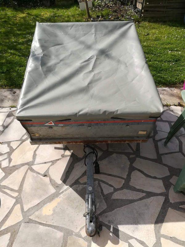 Remorque bagagière ERDE 1m roues et roulements neufs.Plateau basculant et porte arrière escamotable.Bâche de protection.Roue de secours.Peut être utilisée pour bagages (bâche fournie) et pour vider des déchets de jardin (sans bâche).