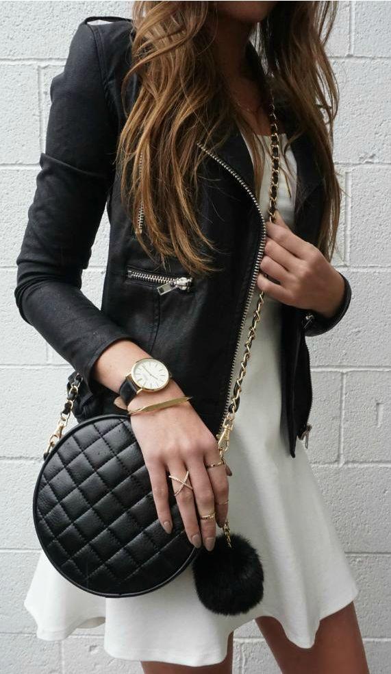 robe blanche plus veste en cuir noir puis pochette en cuir noir