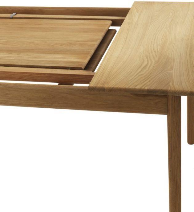 Norrgavels matbord med utdrag har rejäla skivor med trä på bredden. Bordet är avrundat i sina former och skivan upplevs sväva fritt från underredet.