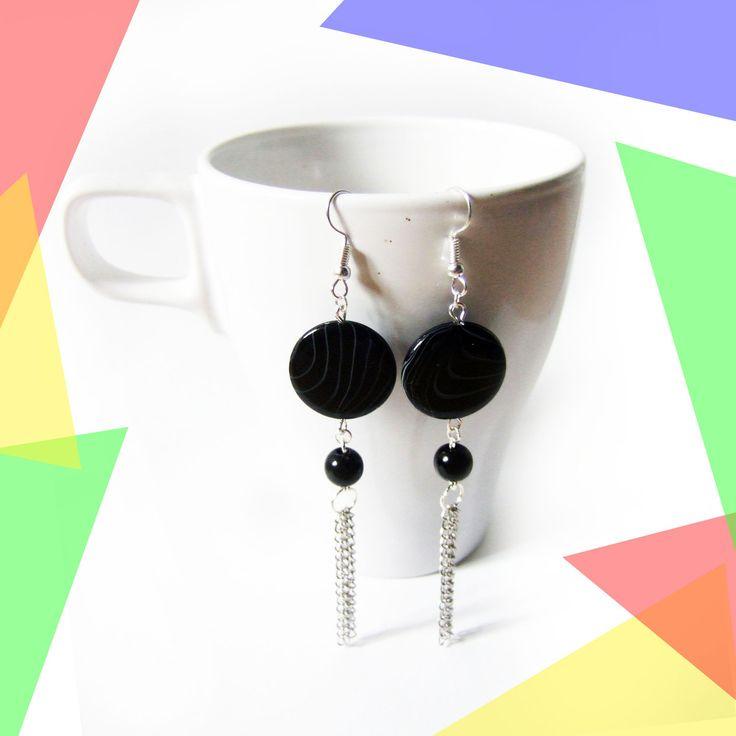 Boucles d'oreilles pendantes perle plate noire et chaînes argentées : Boucles d'oreille par melelo-bijoux