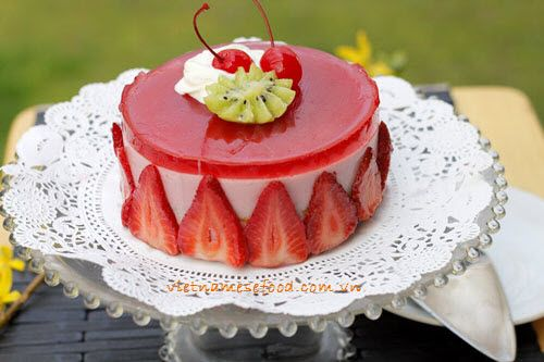 Strawberry Mousse Cake Recipe (Bánh Mouse Dâu Tây) from http://www.vietnamesefood.com.vn/vietnamese-recipes/vietnamese-dessert-recipes/strawberry-mousse-cake-recipe-banh-mouse-dau-tay.html