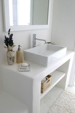 reforma baño rústico con lavabo sobre mueble de obra abierto totalmente blanco. presupuestON.com