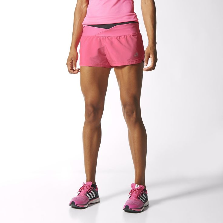 Pokochaj kilometry. Te damskie szorty do biegania wyposażone są w wentylację climacool®, a siatkowe wstawki zostały umieszczone w strategicznych miejscach, dzięki czemu powietrze nieustannie krąży wokół Twojego ciała, dając niezrównany komfort.