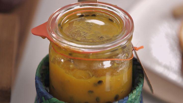 Tem fruta madura dando sopa? Geleia nelas! E geleia caseira, claro, sem conservantes e com aquele gostinho de cozinha do interior. Nesta receita, o maracujá (azedo, de sabor mais forte e rico em pectina) é combinado com a manga (mais doce e carnuda)