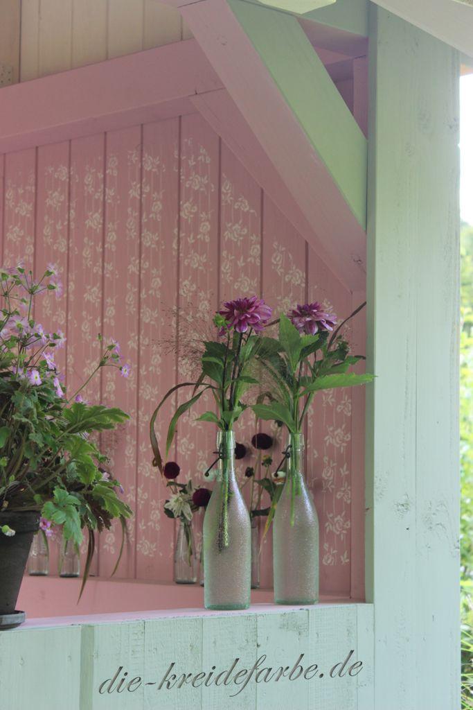 """Gartenhaus mit Amazona Kreidefarbe """"Marrakesh"""" gestrichen. Rosenmuster mit Strukturwalze aufgebracht."""
