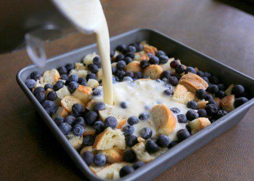 Mix 3 grote croissants met fruit en melk en maak iets onweerstaanbaar lekkers! Dit echt verrukkelijk!