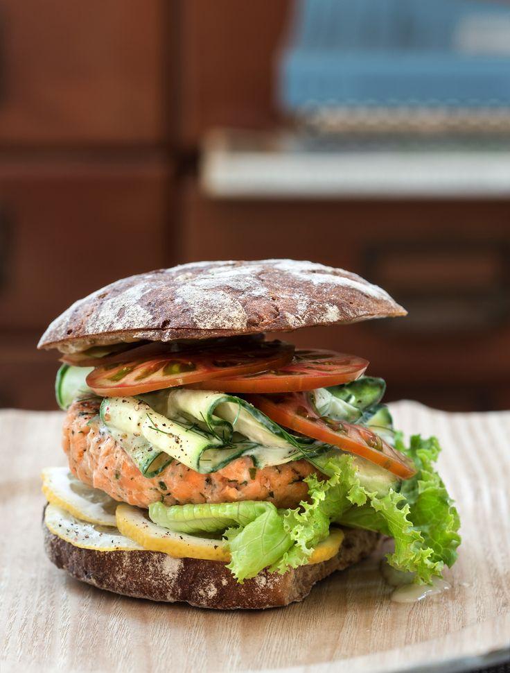 Alternativa agli sfiziosi hamburger a base di carne, questo panino si arricchisce di tutto il gusto delicato del salmone.